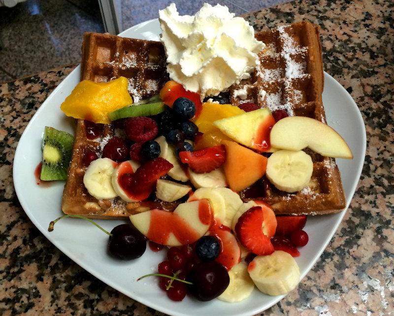 Eiscafe-Bertazzoni-Waffel-mit-Fruechten